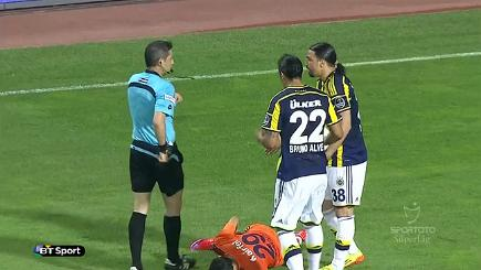 The ref with two players