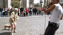 Granny performs hilarious dance routine to beatboxer