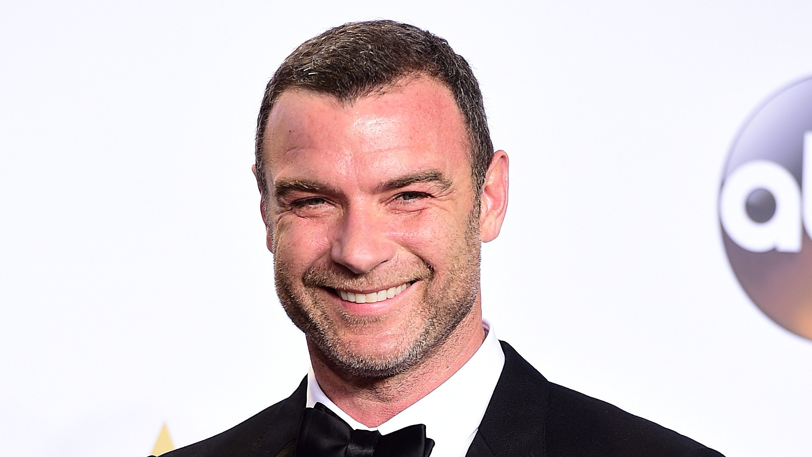 Liev Schreiber jokes about wearing swimwear to Globes ...